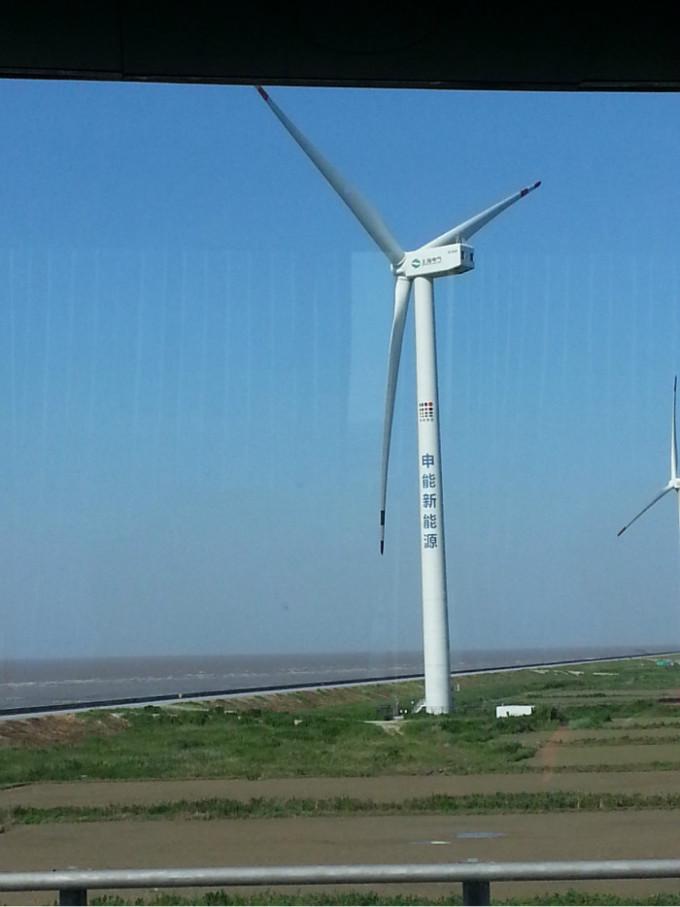 出发,途经东海大桥,上桥前就看见了风力发电机,没想到到了海上
