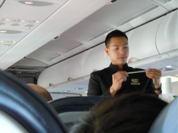 飞机上的帅哥, 笑的好灿烂哦
