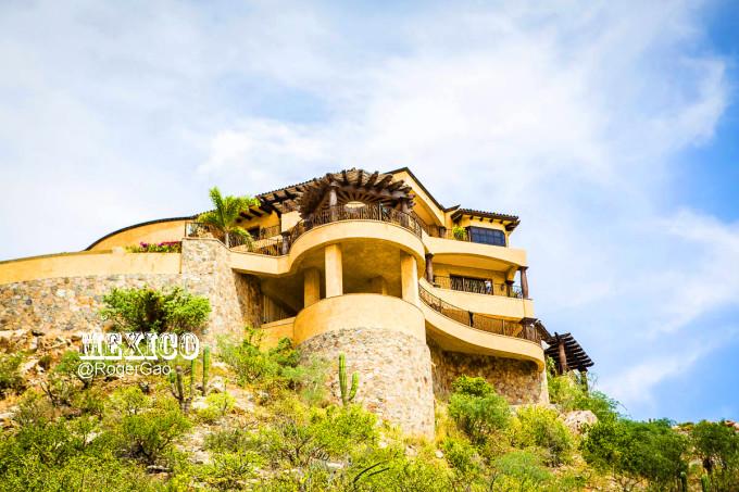 诺大一个钻石山庄的建筑,西式乡村别墅和中美洲色彩鲜艳的建筑相互
