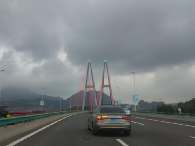 的高速公路上,一路都是阴天,有时还下点小雨.