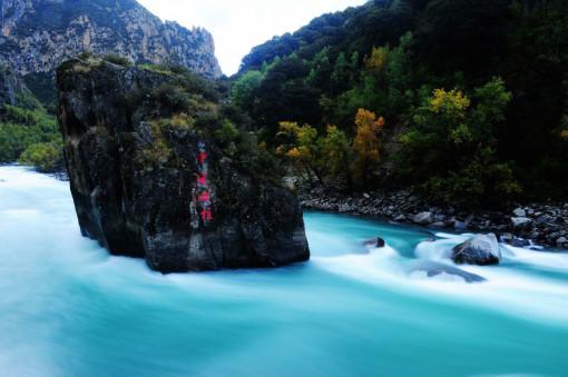 尼洋阁位于西藏林芝八一镇娘乳岗前边,是一座高36.