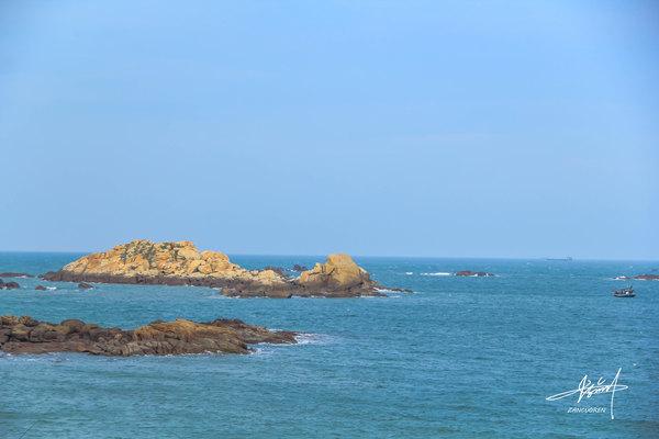 """在崇武大岞村东山东北角的浅海边,有一座形似圆锥的小岛,崇武人俗称"""""""