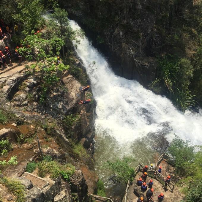 后来在芽庄珍珠岛里玩儿了个更大的~滑车下去以后就有一截子瀑布,然后