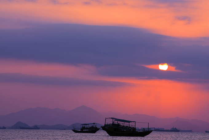 天生就愿意与海亲近,与水嬉戏。每年夏天,总少不了在城市周围的海边小憩几日,远至青岛、北戴河、东海岛,近在马尾岛、天涯海角,还有这次去游玩的巽寮湾,地点在变,身心却一如既往的愉悦。看海,听潮,踏浪,夕阳下的渔家生活,都显得如此让人赏心悦目。 我们小夫妻俩是5号下午3点出发去的巽寮,沿着这条滨海公路没走多远,车窗外就是一片大海,眼前顿时开阔起来,一路上都很顺畅,没有出现拥堵状况,奔波了将近三个半小时候终于到达了巽寮这座滨海城市。 因为携带的物品有点重,所以一抵达巽寮湾,我们就前往酒店办理入住手续放置行旅。(温