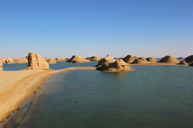 青海湖#青海的水上雅丹从哪边进去可以到湖面上.东台