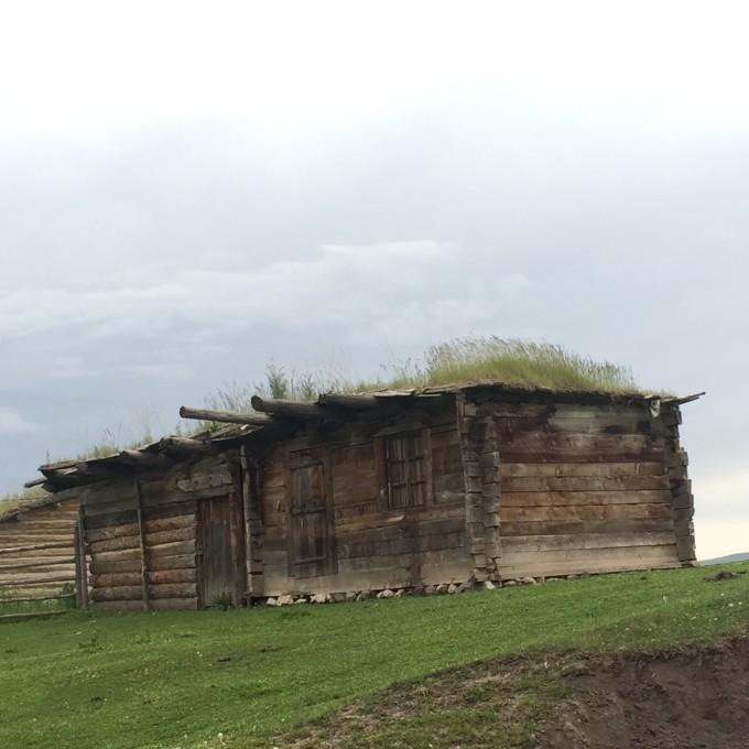 住在琼库什台的小木屋,七个女生睡一个房间.  往地上铺被子睡觉.
